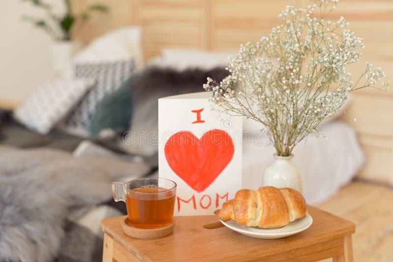 Mime al desayuno de la mañana del ` s en la bandeja de madera imágenes de archivo libres de regalías