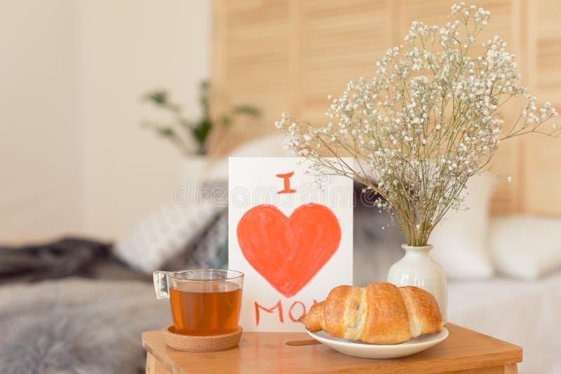 Mime al desayuno de la mañana del ` s en la bandeja de madera foto de archivo libre de regalías