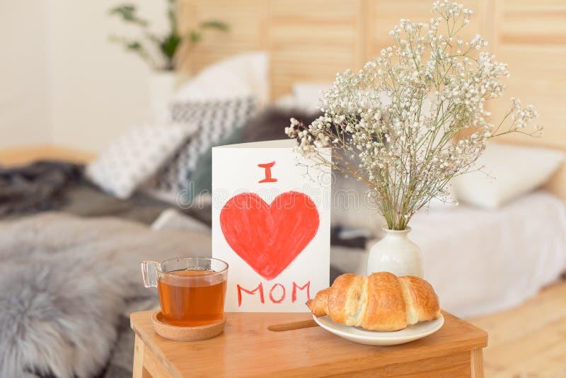 Mime al desayuno de la mañana del ` s en la bandeja de madera imagen de archivo libre de regalías
