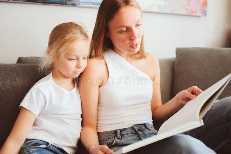 Mime al libro de lectura a la hija del niño en el dormitorio para las buenas noches foto de archivo libre de regalías