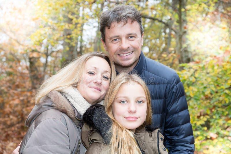 mime al padre y a la hija rubia en invierno del aire libre fotografía de archivo