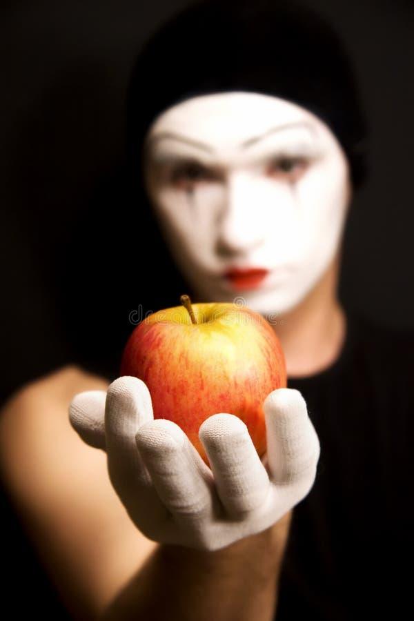 Download Mime com maçã vermelha imagem de stock. Imagem de pantomime - 10051525