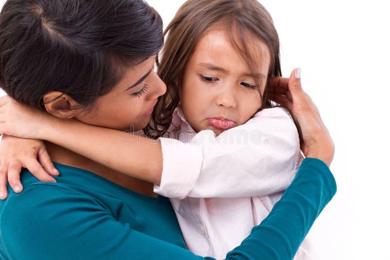 Mime a confortar, cuidando a su hija en infeliz, triste, negativo imagen de archivo libre de regalías