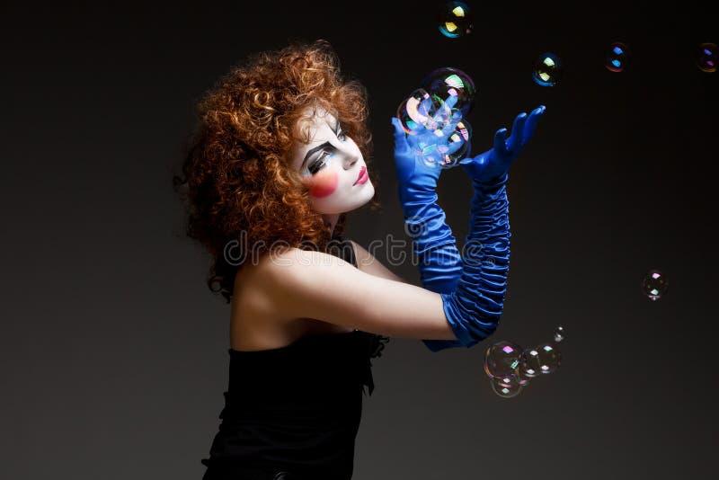Mime da mulher com bolhas de sabão. imagem de stock