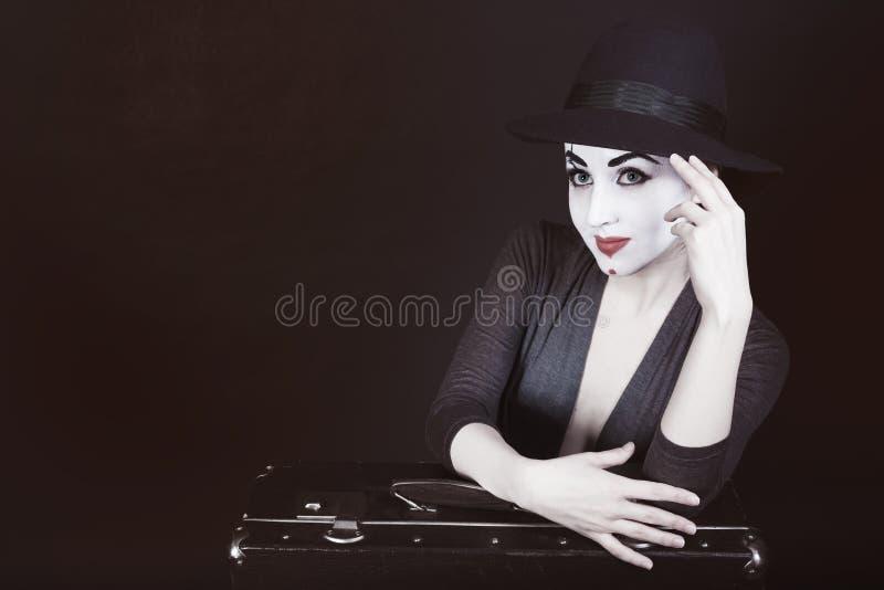 Mime da mulher no chapéu com mala de viagem fotos de stock royalty free