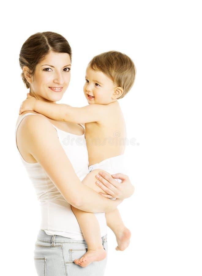 Mime a detener al bebé en las manos, la mamá y el niño en pañal, familia imagen de archivo libre de regalías