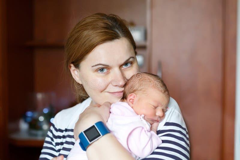 Mime a detener al bebé recién nacido en el brazo en hospital después de nacimiento fotografía de archivo
