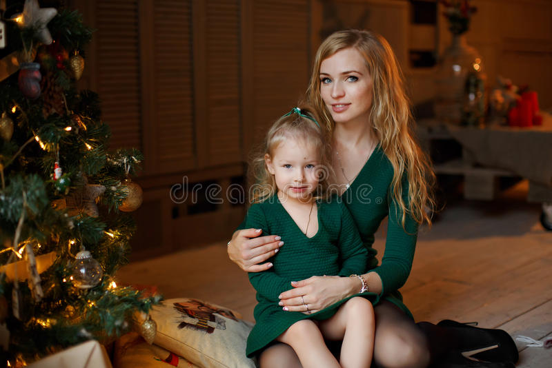 Mime a detener a la pequeña niña rubia rechoncha adorable de la muchacha adentro foto de archivo