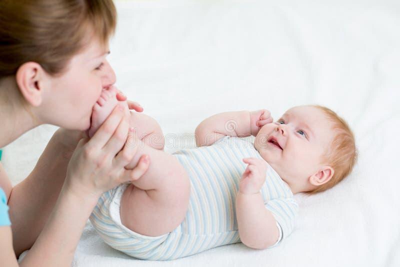 Mime a divertirse con su niño del bebé imágenes de archivo libres de regalías