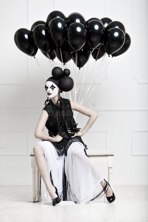 Mime estilizó la foto de una mujer hermosa joven imagenes de archivo