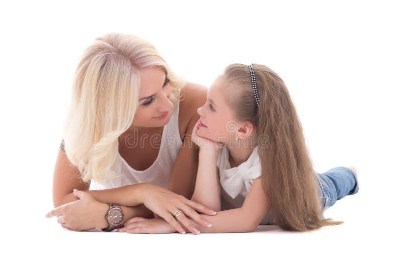 Mime a hablar con su pequeña hija que miente en el isola del piso fotografía de archivo