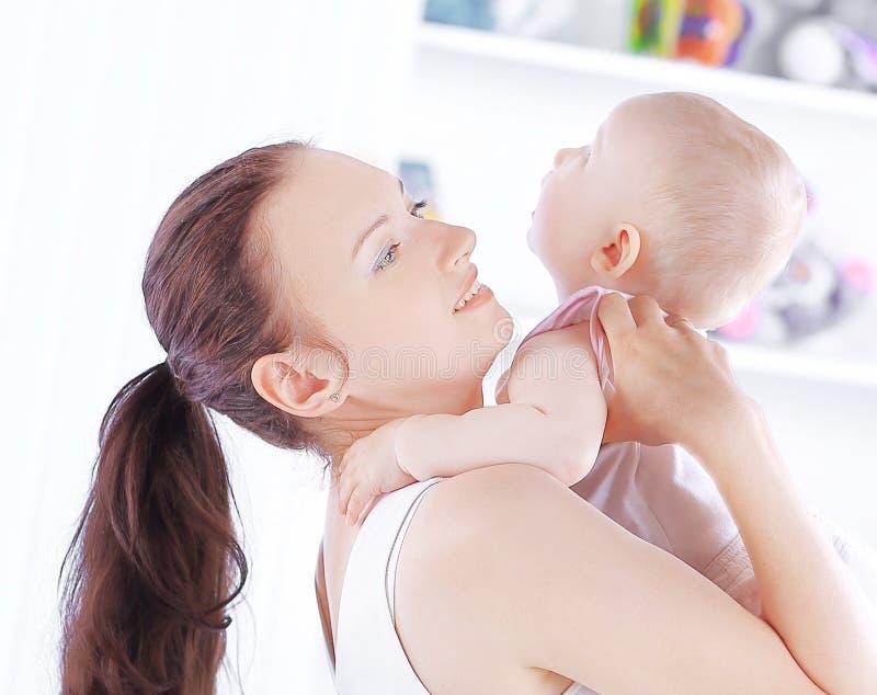 Mime a jugar con el beb? de un apartamento c?modo imagenes de archivo