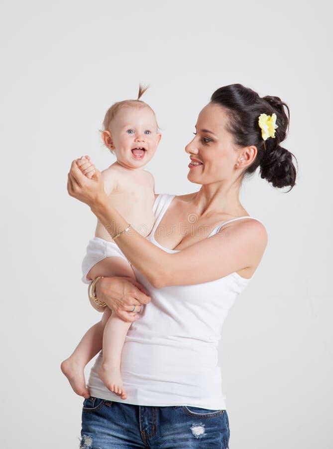 Mime a jugar con su hija que la detiene en sus brazos fotos de archivo libres de regalías