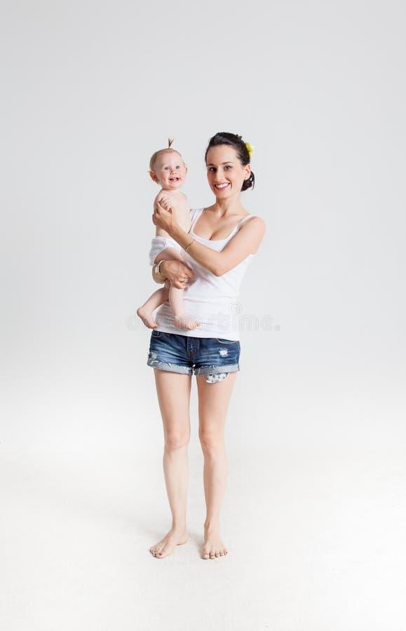 Mime a jugar con su hija que la detiene en sus brazos foto de archivo libre de regalías