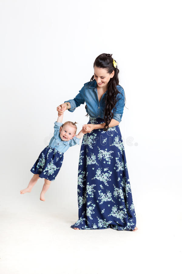 Mime a jugar con su hija que la detiene en sus brazos fotos de archivo