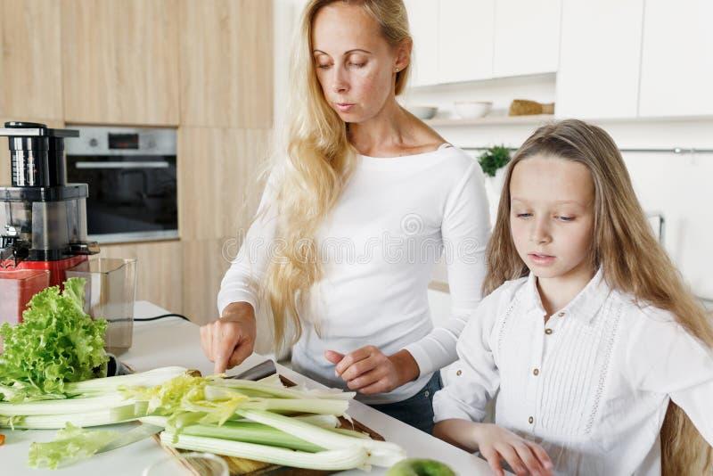 Mime a la hija que prepara el desayuno sano junto se dirigen el kitche fotografía de archivo libre de regalías