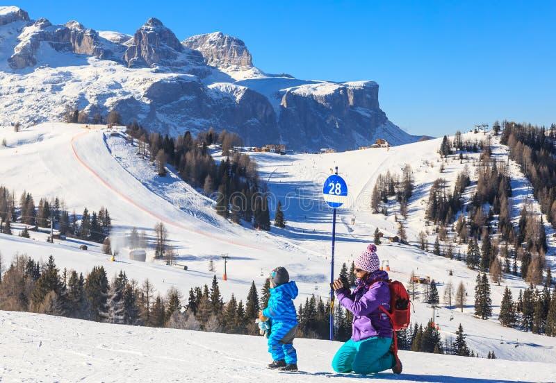Mime a las fotografías del niño en las cuestas en la estación de esquí foto de archivo