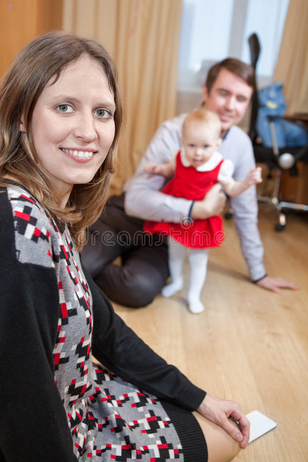 Mime a mirar la cámara mientras que padre que juega con el bebé en sitio nacional foto de archivo libre de regalías