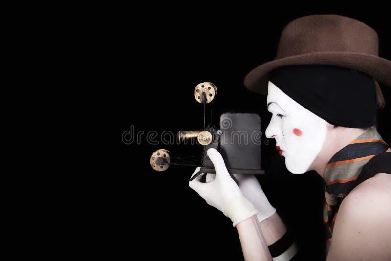 Mime nas luvas brancas e no chapéu marrom com câmera fotografia de stock royalty free