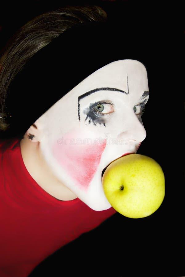 Mime que morde uma maçã fotografia de stock