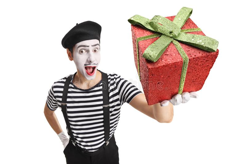 Mime que sostiene una actual caja roja foto de archivo libre de regalías