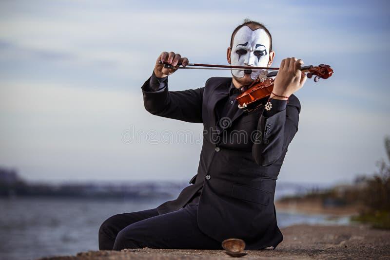 Mime que toca el violín al aire libre imagen de archivo libre de regalías