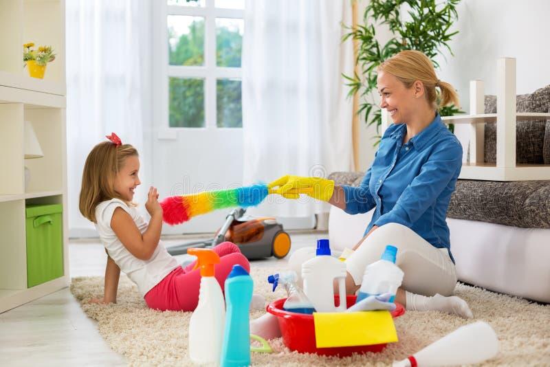 Mime y su hija lista al sitio de limpieza imagen de archivo libre de regalías