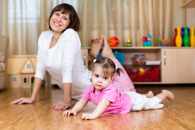 Mime y su niño que hace ejercicios en hogar imagenes de archivo