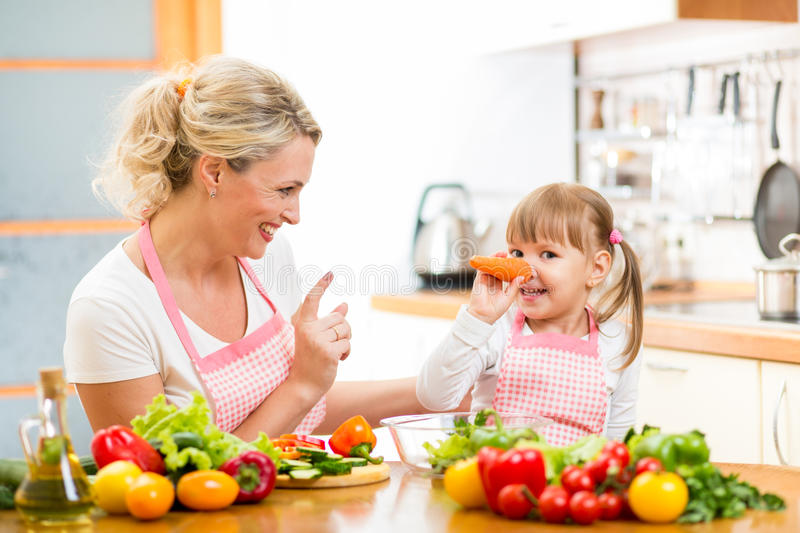 Mime y su niño que prepara la comida y que se divierte imagen de archivo libre de regalías