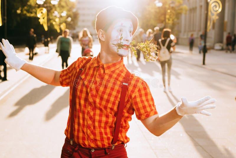 Mimez sur la rue attendant pour rencontrer son amant image libre de droits