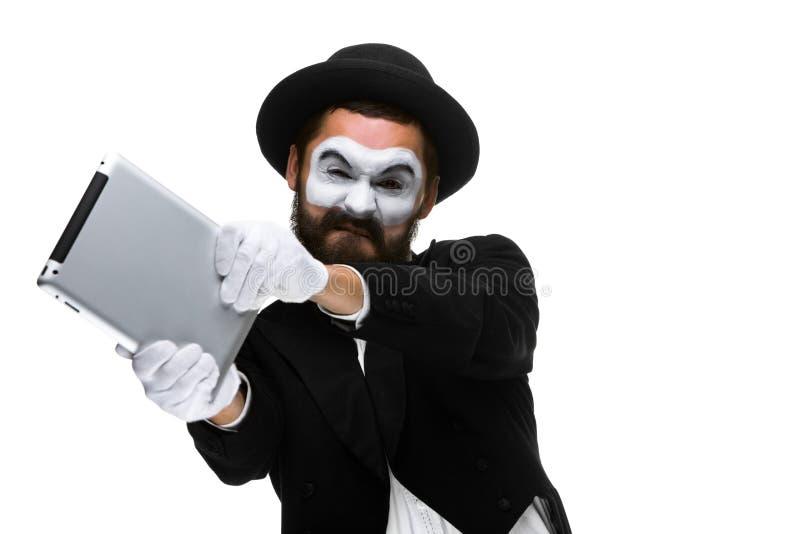 Mimicar como um homem de negócios joga o computador na raiva imagens de stock