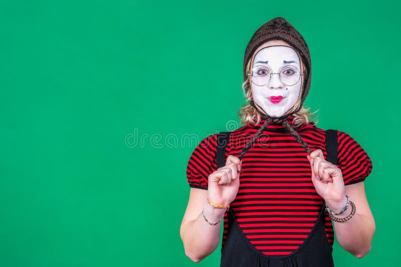 Mimo della ragazza che posa e che fa smorfie nello studio della foto fotografia stock libera da diritti
