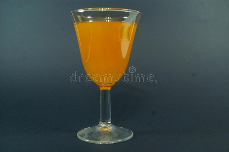 Mimosacoctail i en kopp på en svart backgroud 2 royaltyfri bild