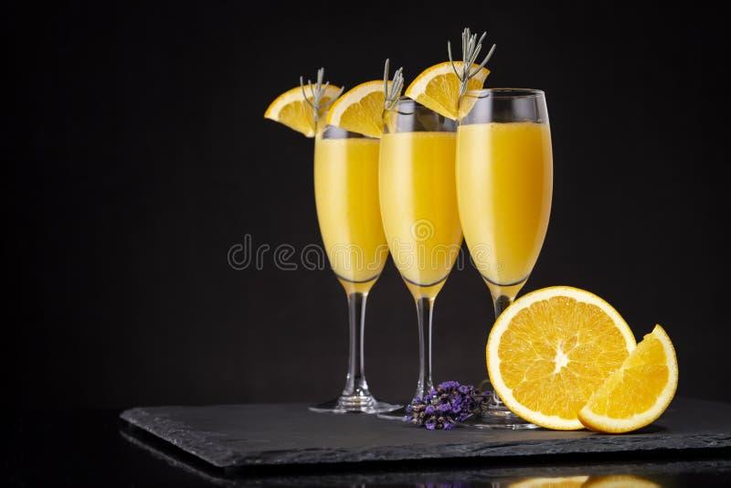 Mimosencocktails in den Champagnergläsern stockfotografie