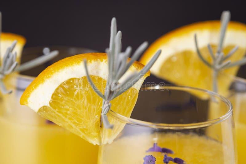 Mimosencocktails in den Champagnergläsern stockfotos