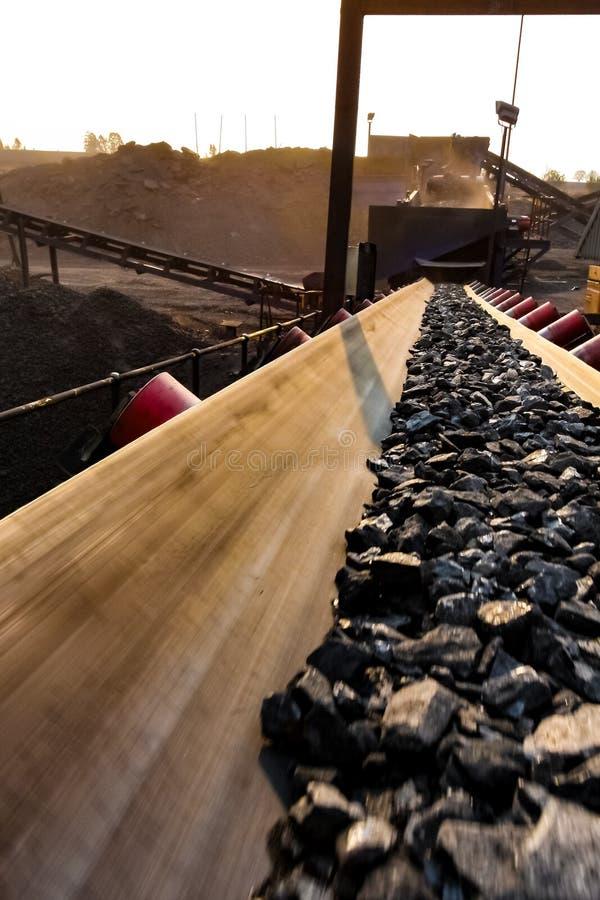 Minério de carvão em uma correia transportadora para processar fotografia de stock
