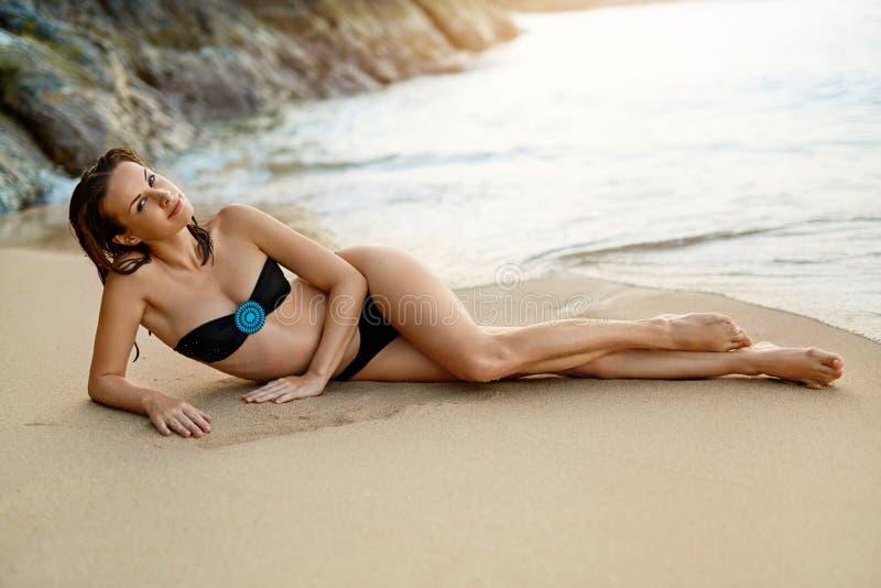 min andra ser sommarsemesterarbeten liggande kvinna för strand Sund livsstil Trave royaltyfria foton