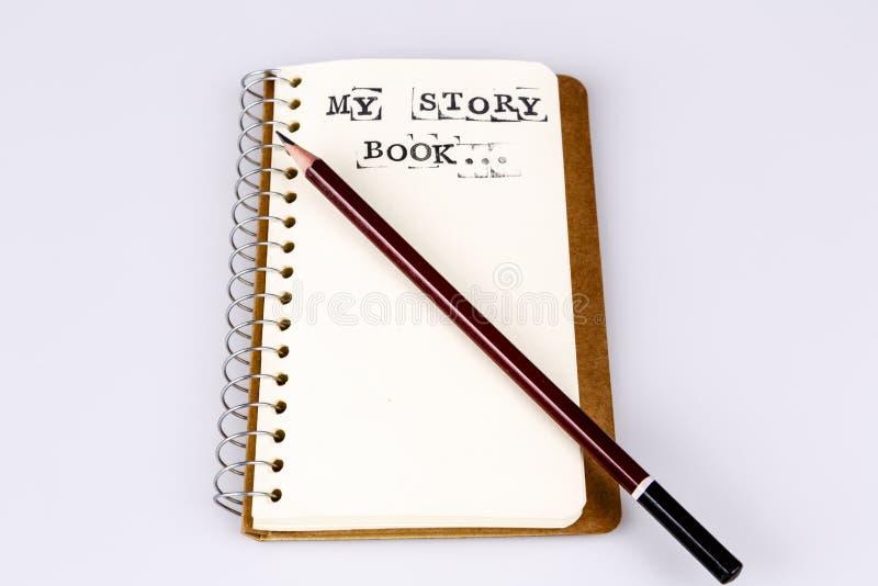 Min berättelsebok på viten med den bruna blyertspennan fotografering för bildbyråer