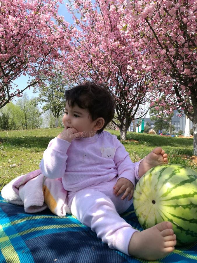 Min dotter i trädgård arkivbilder