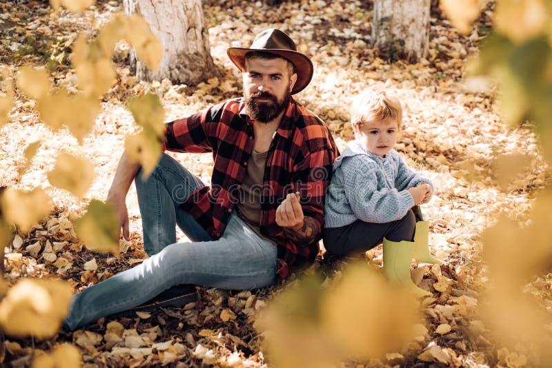 Min farsacowboy Skäggig farsa för Hipster med den gulliga sonen att spendera tid tillsammans i skogfamiljtid Brutal skäggig man o royaltyfri fotografi