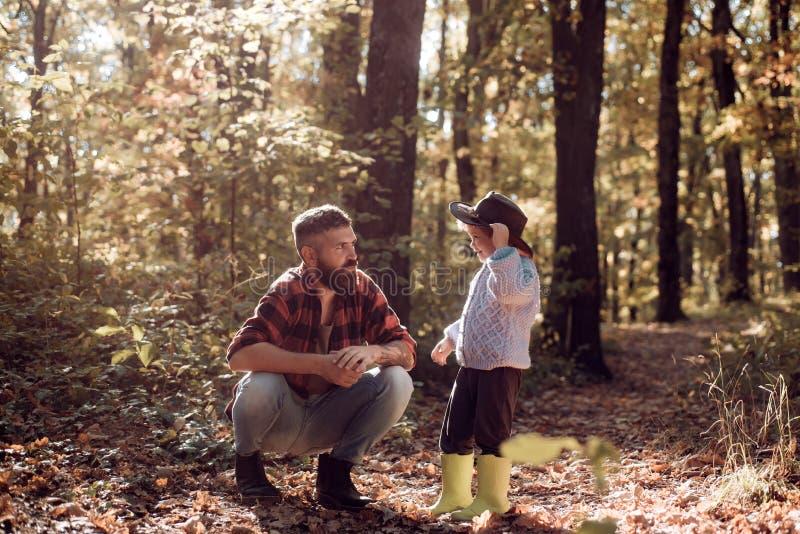 Min farsacowboy Skäggig farsa för Hipster med den gulliga sonen att spendera tid tillsammans i skogfamiljtid Familjfritid unders? fotografering för bildbyråer
