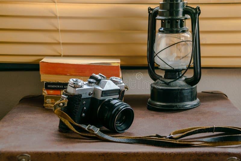 Min gamla kamera på ett fall arkivfoto