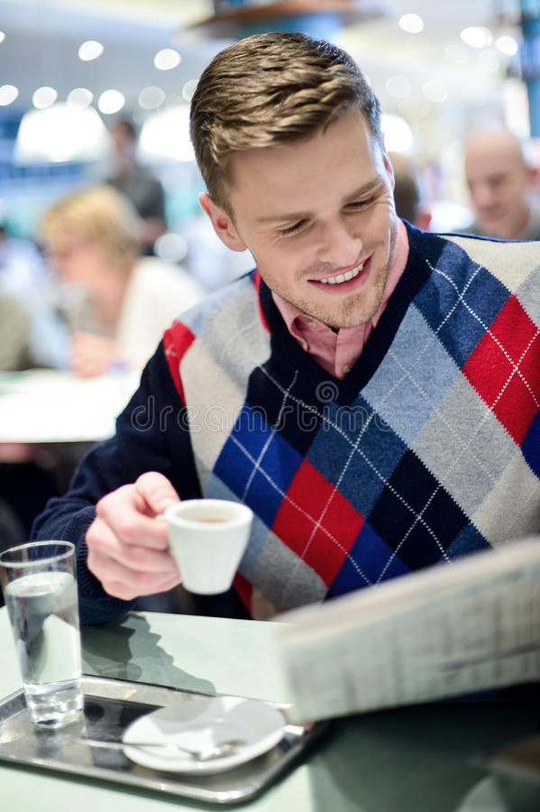 Min hobby som läser en dagstidning i kafé arkivbild
