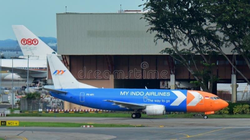 Min Indo flygbolagBoeing 737 fraktbåt som åker taxi på den Changi flygplatsen royaltyfri bild