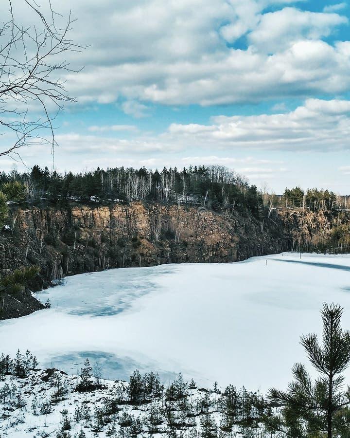 Mina abandonada congelada del granito en invierno imagen de archivo libre de regalías