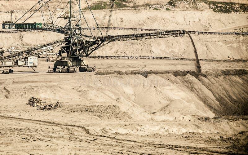 Mina a cielo abierto del lignito Excavador gigante imagenes de archivo
