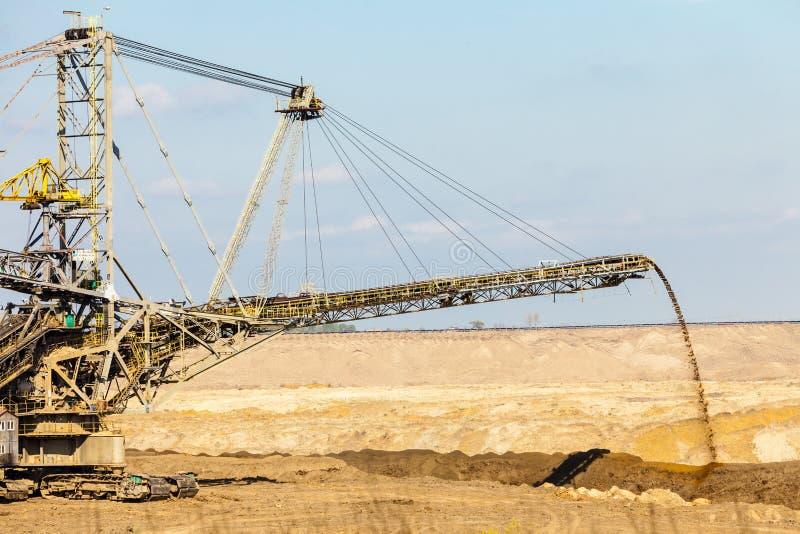 Mina a cielo abierto del lignito Excavador gigante imagen de archivo libre de regalías