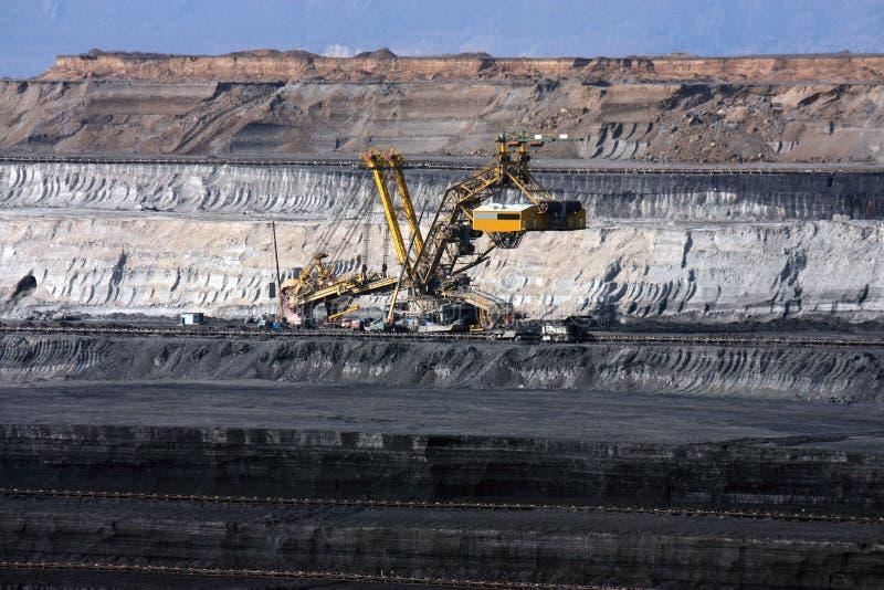 mina de carvão com máquina da máquina escavadora foto de stock royalty free