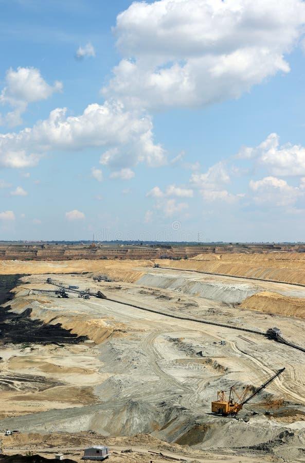 Mina de carvão do poço aberto com máquina escavadora foto de stock