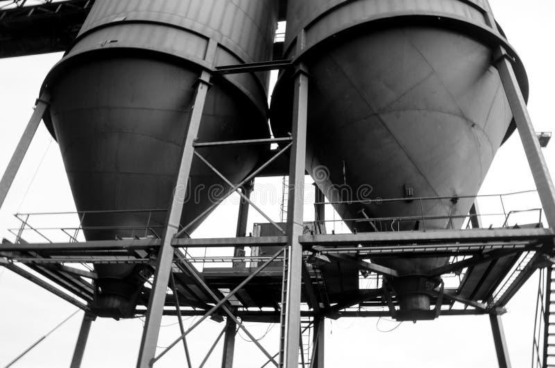 Mina de carvão velha em Longyearbyen os silos imagens de stock royalty free